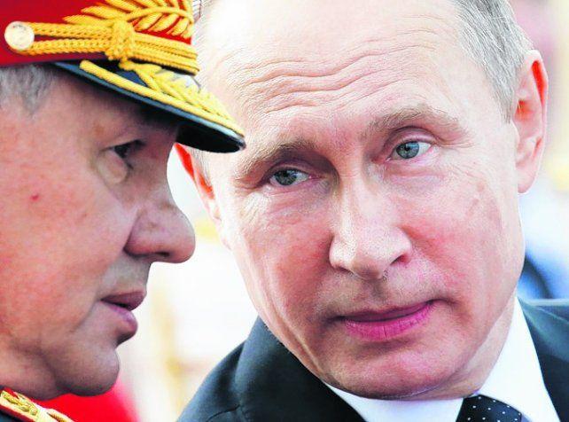 mirada. Putin habla con su ministro de Defensa