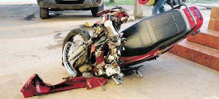 Tres jóvenes mueren al estrellar su moto contra un colectivo en Beltrán