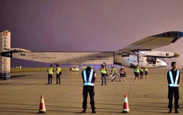 Récord. El Solar Impulse en los preparativos antes de decolar desde Nankín hacia Hawai.