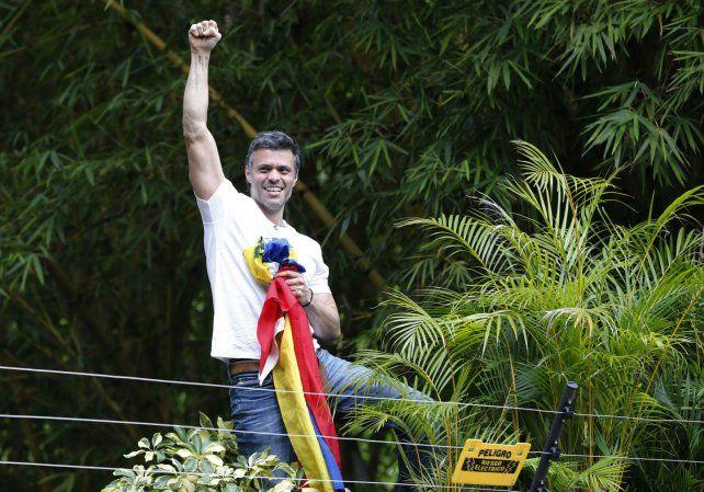 De buen semblante. López se mostró por encima de un muro de su casa con una bandera venezolana.