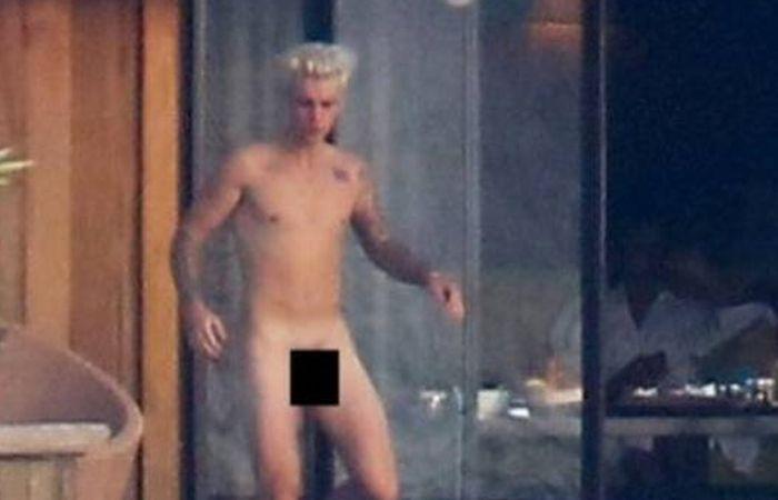 Justin Bieber disfruta de sus vacaciones completamente desnudo.