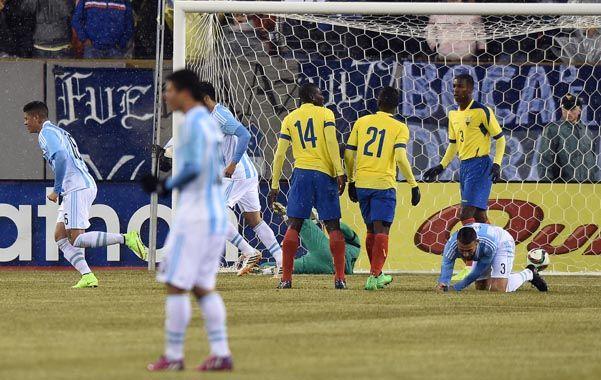 Sergio Agüero (fuera de imagen) ya cabeceó al gol. Iban 8 minutos y el Kun cumplió con su cuota. En el segundo tiempo fue reemplazado por otro 9: Carlos Tevez.
