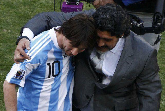 A los abrazos. Messi junto a Diego Maradona en el Mundial de Sudáfrica 2010. Era el mimado del DT.