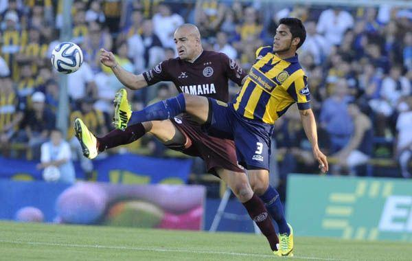 Delgado intenta interceptar un ataque del Tanque Silva. (Foto: Gustavo de los Ríos)