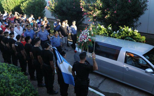 El último adiós. Los restos del oficial Cardillo fueron sepultados ayer con honores en el cementerio de San Lorenzo.