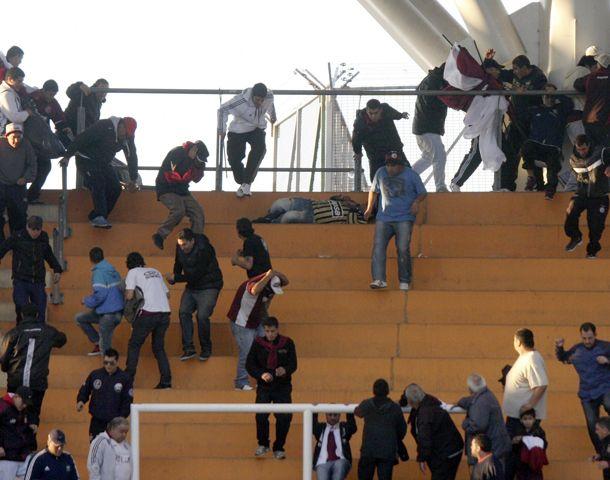 Los incidentes en el estadio de La Plata dejaron un muerto y un herido.
