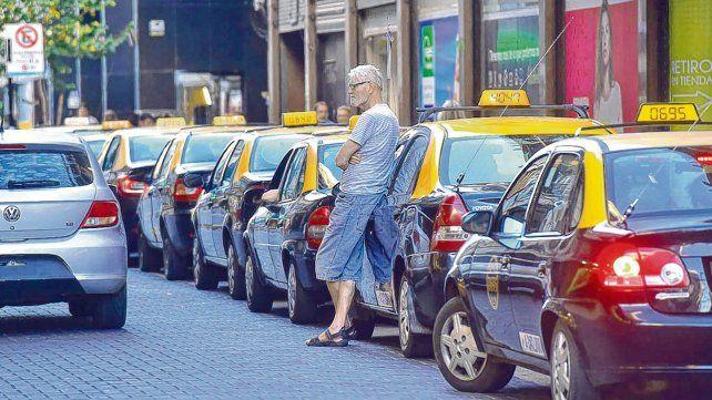 El viaje deseado. Las paradas del centro se pueblan de taxis a la espera  de pasajeros. Las filas llegan a superar más de una cuadra de  extensión.