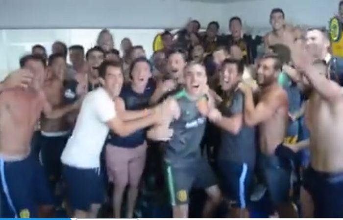 Los jugadores celebraron tras el triunfo por 2-0 en el Gigante de Arroyito.
