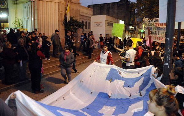protesta. Los alumnos del colegio habían protestado frente a la Iglesia San Antonio y cuestionaron al sacerdote.
