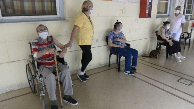 Residentes y trabajadores de geriátricos locales comenzaron a recibir las vacunas este lunes.