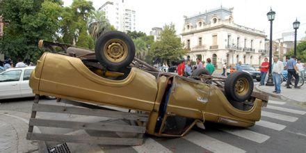 Espectacular accidente en Tucumán y Oroño