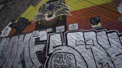 El mural de Aymará intervenido por grafiteros con la leyenda: Nada es para siempre.