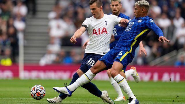 Thiago Silva intenta detener el pase de Giovani Lo Celso.