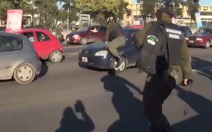 El momento en que el comandante de Gendarmería se lanza contra el auto de Romero.