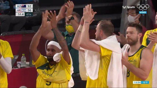 Los jugadores australianos reconocieron al jugador argentino con un cálido aplauso en la despedida.