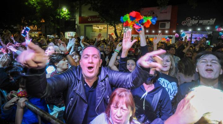 Entre la euforia, hubo reencuentros en calle Mendoza, que se convirtió en la pista de Space por unas horas.