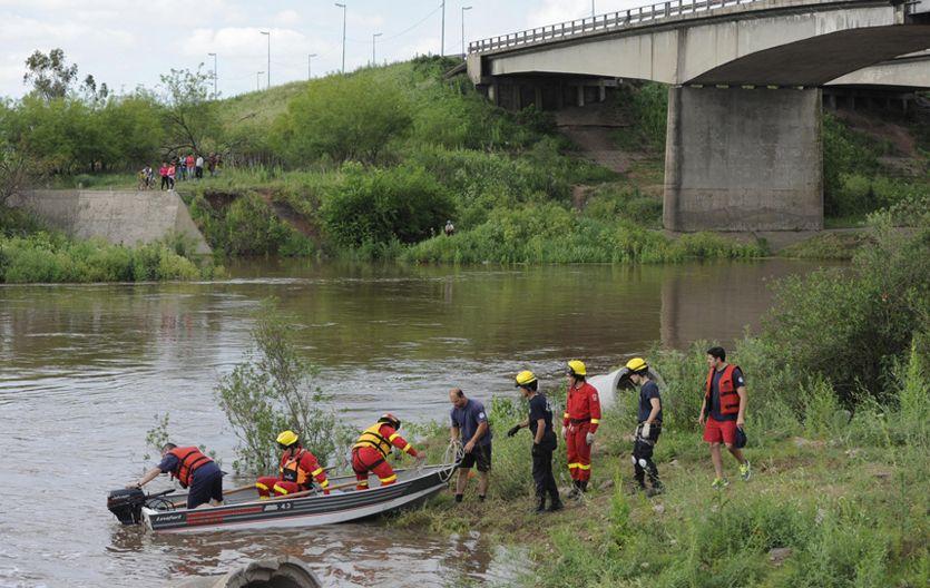 Rastrillaje intenso. Bomberos de Rosario y de toda la región buscaron ayer intensamente a las dos personas desaparecidas