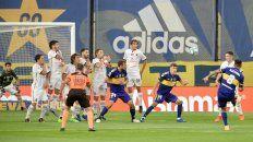Cardona ya ejecutó y su remate será el primer gol de Boca.