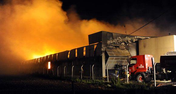 Se desató un voraz incendio en una fábrica de muebles de Villa Gobernador Gálvez