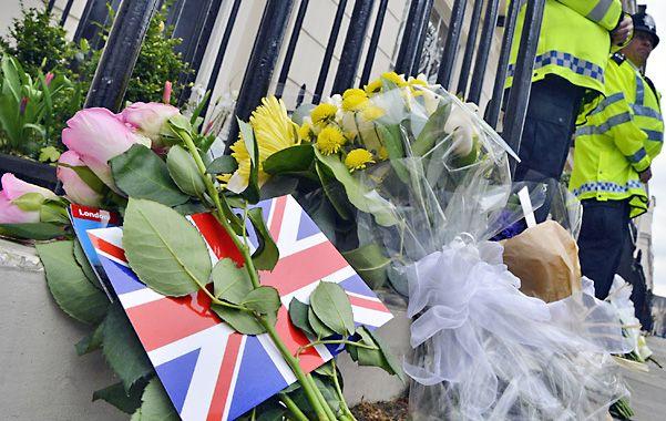 El adiós. Cientos de personas colocaron ofrendas florales frente a la residencia donde vivió la Dama de Hierro.