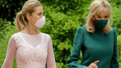 La primera dama Fabiola Yañez y Brigitte Macron en su encuentro en París, Francia.