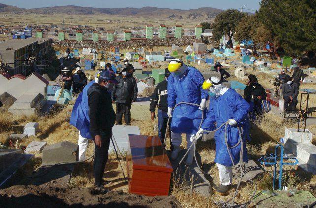 Entierro de una víctima de Covid en el Perú
