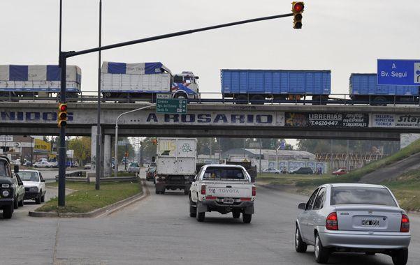 Perón y Circunvalación. Una camioneta tomada in fraganti al atravesar una esquina con semáforo en rojo.