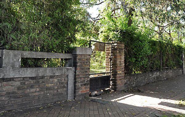 Portón. Los delincuentes ingresaron por una puerta de rejas a la vivienda.