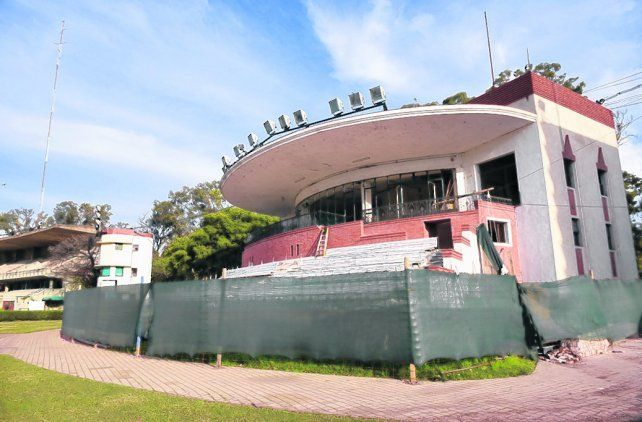 En obra. Las históricas tribunas del hipódromo ya están siendo remodeladas íntegramente.