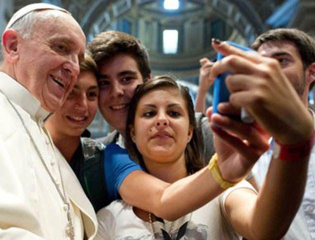 Causa furor la autofoto del Papa con adolescentes