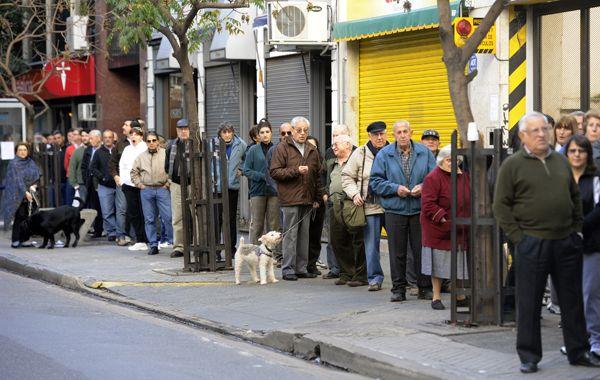 Los rosarinos se volcaron a las puertas del decano para conseguir un ejemplar del diario. (Foto: E. Rodríguez Moreno)