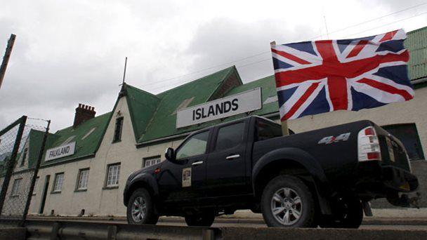Gran Bretaña se niega a dialogar y aumenta notablemente el gasto militar contra un enemigo inexistente.