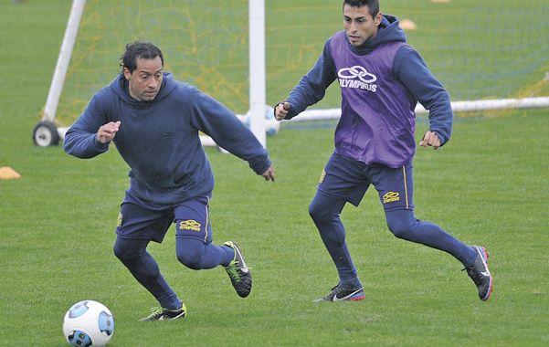 Bajo control. Encina domina la pelota mientras es perseguido por Carrizo durante la práctica de fútbol reducido que el plantel cumplió ayer por la mañana.