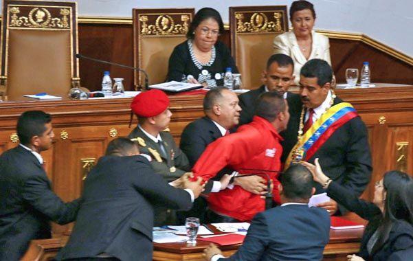 Incidente. Maduro es interrumpido por el desconocido en pleno discurso. Sería un militante chavista.