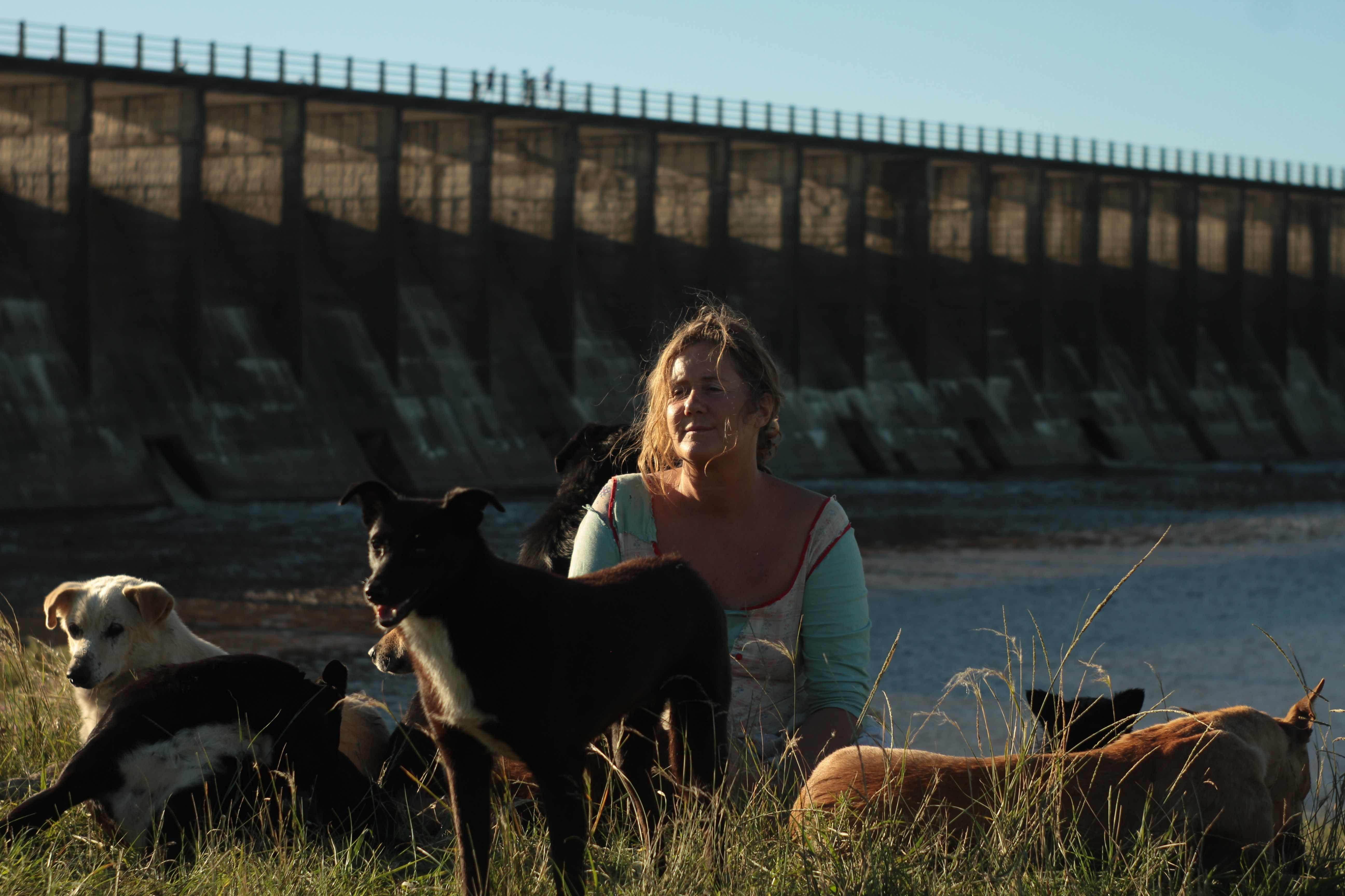 La reina de los canes. Verónica Llinás es la dama acompañada por una jauría