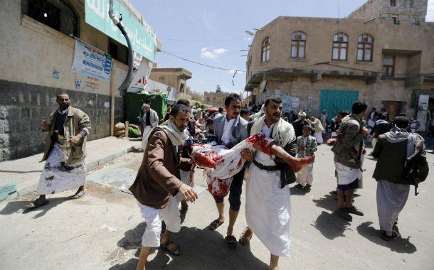 La barbarie. Civiles trasladan a uno de los cientos de fieles heridos tras las explosiones en dos mezquitas de Sanaá