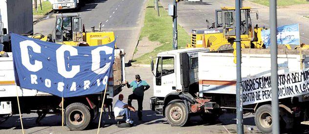Camioneros y la Corriente Clasista y Combativa (CCC) sembraron de piquetes los principales accesos a Rosario. Se resintió la actividad comercial y hubo alto acatamiento en el ámbito docente. (Foto: Francisco Guillén)