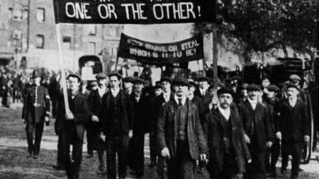 Trabajadores en Chicago 1886 manifestándose por los derechos laborales