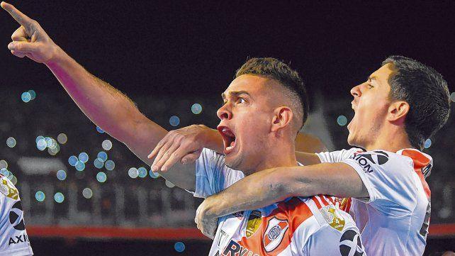 Tremendo grito. Rafael Santos Borré y Nacho Fernández celebran el primer gol