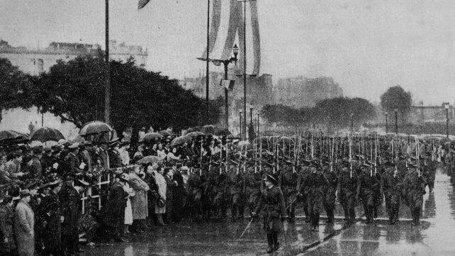 El Regimiento 11 de Infantería desfila por la avenida Belgrano en el primer festejo con el 20 de junio como fecha oficial.