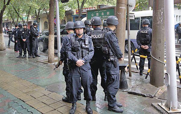 Bajo control. Policías en el área del ataque
