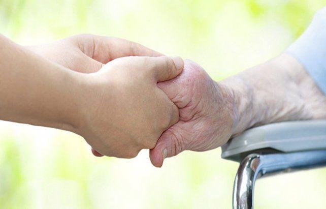 Naturalización. El cuidado de ancianos parece ser una obligación de las mujeres.