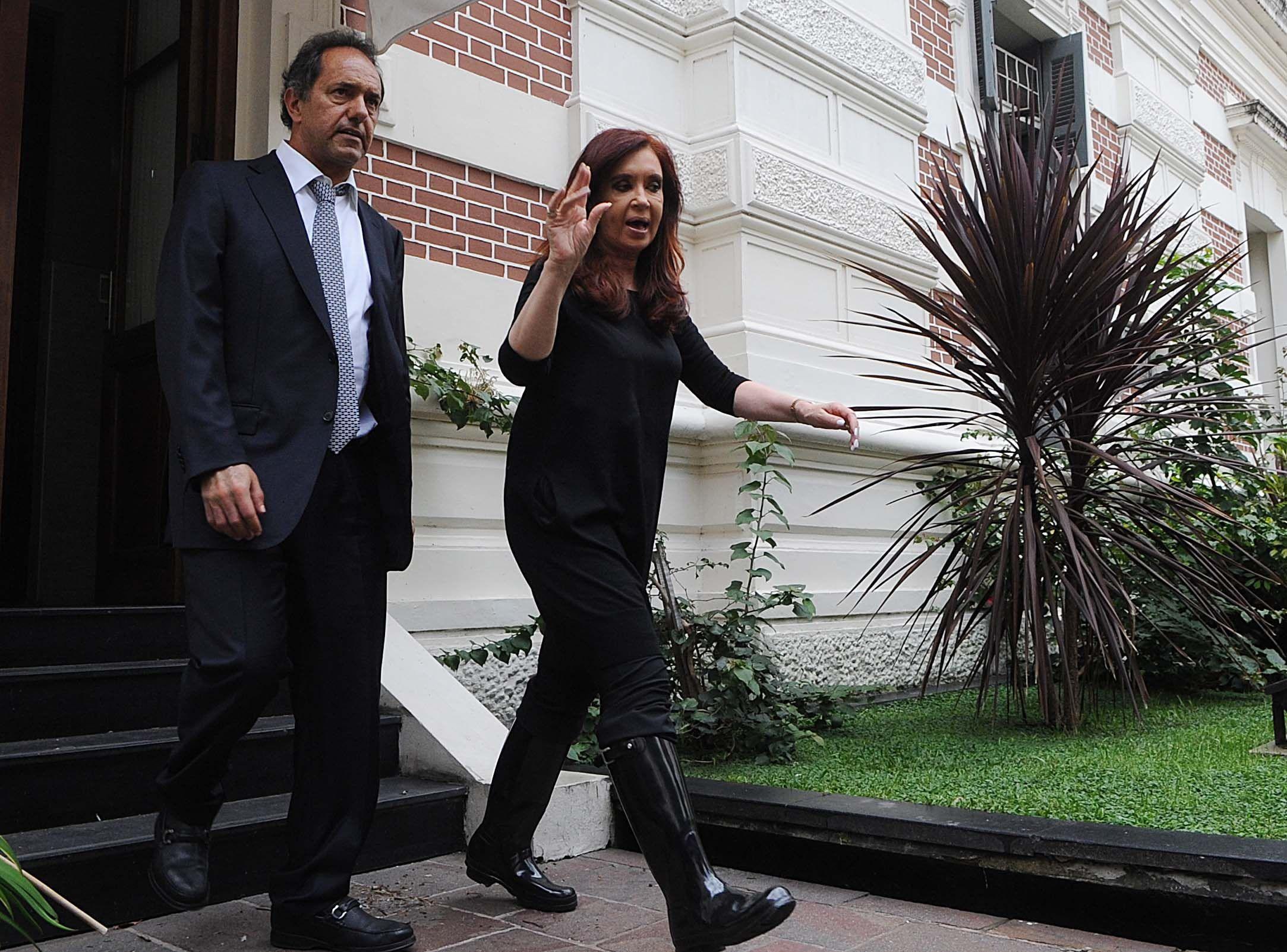 La presidenta de la Nación y el gobernador bonaerense durante la inundación que afectó a La Plata.