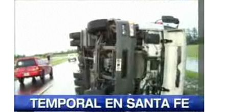 Volcó un camión en la ruta por un violento temporal en el norte santafesino