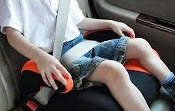 Atrás y asegurado. Los niños de hasta 10 años de edad deben viajar en butacas infantiles sujetadas al cinturón.