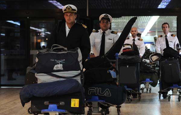 Los marinos evacuados llegaron al aeropuerto de Ezeiza. El capitán y 43 tripulantes quedaron en la nave.