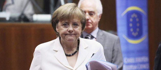 Merkel enfrenta críticas de la oposición y también de los partidos de su propia coalición de gobierno.