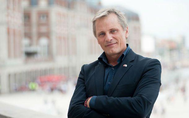 """Un neoyorquino en mar del plata. Mortensen presentó """"Jauja"""" en el festival de cine y posó con el mar de fondo."""