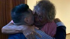 Dos potencias se saludan. Diego y el Trinche Carlovich se saludaron cuando se conocieron en febrero en Rosario.