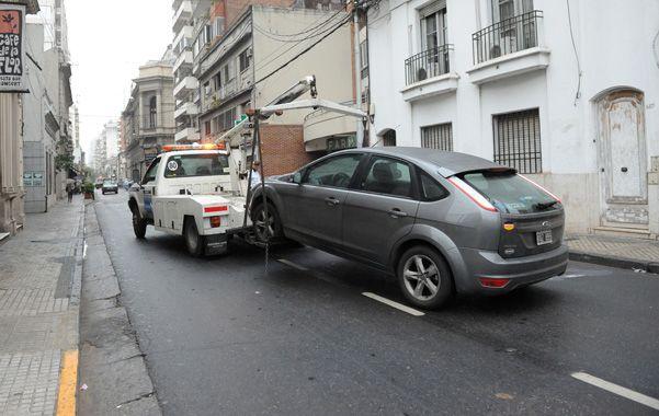 En infracción. Un auto que estaba indebidamente estacionado en Mendoza entre Buenos Aires y Laprida